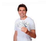 Charmiga latinamerikanska manliga hållande kontanta pengar Arkivfoton