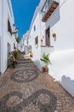 Charmiga smala historiska gator av den vita byn Frigiliana Arkivbilder