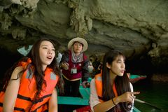 Charmiga turister av mummel skäller länge Vietnam arkivbild