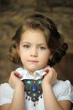 Charmigt flickabarn i en vit blus med en härlig halsband royaltyfri fotografi