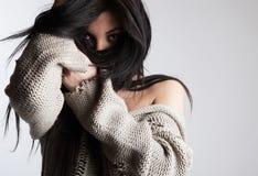 charmigt framsidahår för brunett henne nederlag Arkivbilder