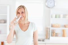 Charmigt kvinnadricksvatten arkivfoto