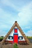 Charmigt lantligt hus Ett hus med ett halmtäckt gaveltak smyckar Fotografering för Bildbyråer