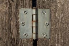 Charnière en métal sur les planches en bois brunes avec beaucoup de vis dans elle photographie stock libre de droits