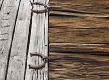 Charnières de porte antiques de grange formées comme des fers à cheval image stock