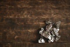 Charnières de porte sur un fond en bois de table photo stock