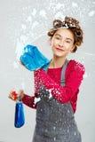 Charning młoda kobieta myje okno z błękitnym ręcznikiem fotografia royalty free