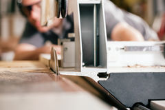 Charpentier à l'aide de la scie électrique Photos libres de droits
