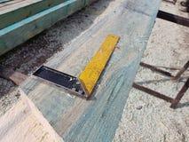 Charpentier au travail avec du bois Photographie stock libre de droits