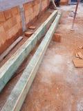 Charpentier au travail avec du bois Photo stock