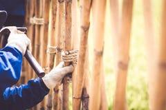 Charpentier avec le marteau frappant des clous fonctionnant la construction traditionnelle Asie d'idée de concept de technique de image libre de droits