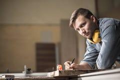 Charpentier concevant les meubles en bois Photo stock