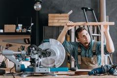 Charpentier effectuant des meubles Photo stock
