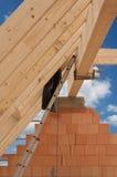 Charpentier en construisant un toit de maison Photographie stock libre de droits