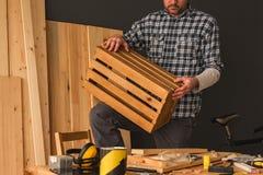 Charpentier faisant la caisse en bois dans l'atelier de boisage de petite entreprise photo stock