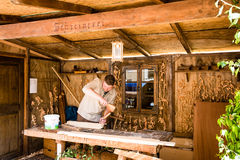 Charpentier historique dans son atelier Image stock