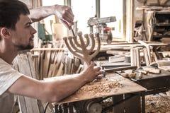 Charpentier masculin travaillant avec un produit en bois, outils de bricolage Images libres de droits
