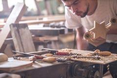 Charpentier masculin travaillant avec un produit en bois, outils de bricolage Photos libres de droits