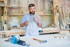 Charpentier qualifié Sanding Wooden Detail dans l'atelier photos libres de droits