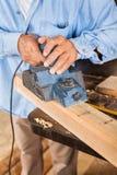 Charpentier supérieur Shaving Wood With Planer électrique Photo libre de droits