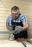 Charpentier supérieur travaillant dans son atelier Images stock