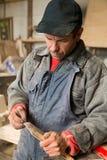 Charpentier tenant un meuble en bois photo stock