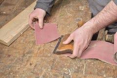 Charpentier travaillant avec l'avion sur en bois image stock