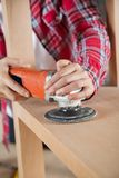 Charpentier Using Sander On Wooden Shelf images stock