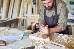 Charpentier Working dans la boutique traditionnelle de travail du bois Photos stock