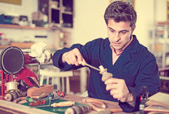 Charpentier Working dans le studio Image stock