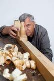 Charpentiers avec du bois images stock