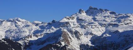 Charpf bruto e outras montanhas no cantão de Glarus, cena do inverno foto de stock royalty free