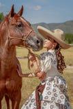 Charra med hennes häst Royaltyfri Bild