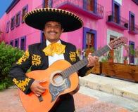 Charro Mariachi, der Gitarre Mexiko-Häuser spielt Stockfoto