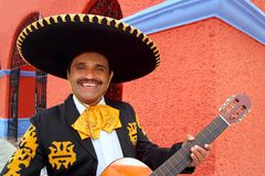 Charro Mariachi, der Gitarre Mexiko-Häuser spielt Lizenzfreies Stockbild