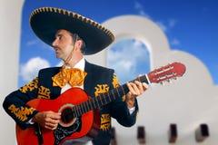 Charro Mariachi, der Gitarre Mexiko-Häuser spielt Lizenzfreies Stockfoto