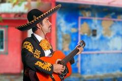 Charro Mariachi, der Gitarre Mexiko-Häuser spielt Lizenzfreie Stockfotos