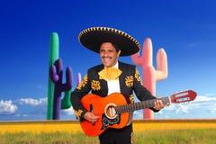 Charro messicano del mariachi che gioca chitarra in cactus immagini stock