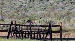 Charrue antique sur un ranch Images libres de droits