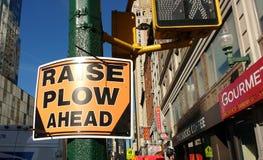 Charrue d'augmenter en avant, panneau routier, NYC, Etats-Unis Photos libres de droits