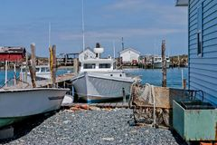 Charter-Fischerboot am Dock lizenzfreie stockfotografie