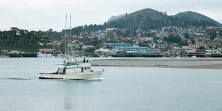 Charter Vissersboot in Morro-Baaihaven op de centrale kust van Californië de V.S. stock afbeeldingen