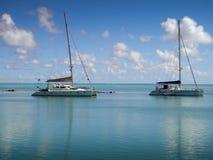 Charterboote verankert innerhalb des Riffs Stockbilder