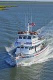 Charterfiskebåt för kunglig spolning i urskogen som är ny - ärmlös tröja Royaltyfri Bild