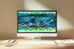 Charth del negocio con las flechas que brillan intensamente en la pantalla del ordenador portátil en t de madera Fotografía de archivo libre de regalías