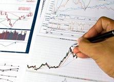 charts den olika finansiella handen skriver Arkivbild