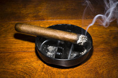 Charuto que fuma no cinzeiro Fotografia de Stock Royalty Free