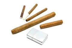 Charutos e cigarrilha diferentes com isqueiro foto de stock royalty free