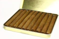 Charutos em uma caixa de cigarro Imagens de Stock