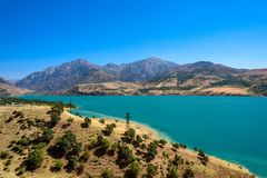Charvak湖,架设创造的一个巨大的人为湖水库全景在奇尔奇克河的一个高石水坝 库存图片